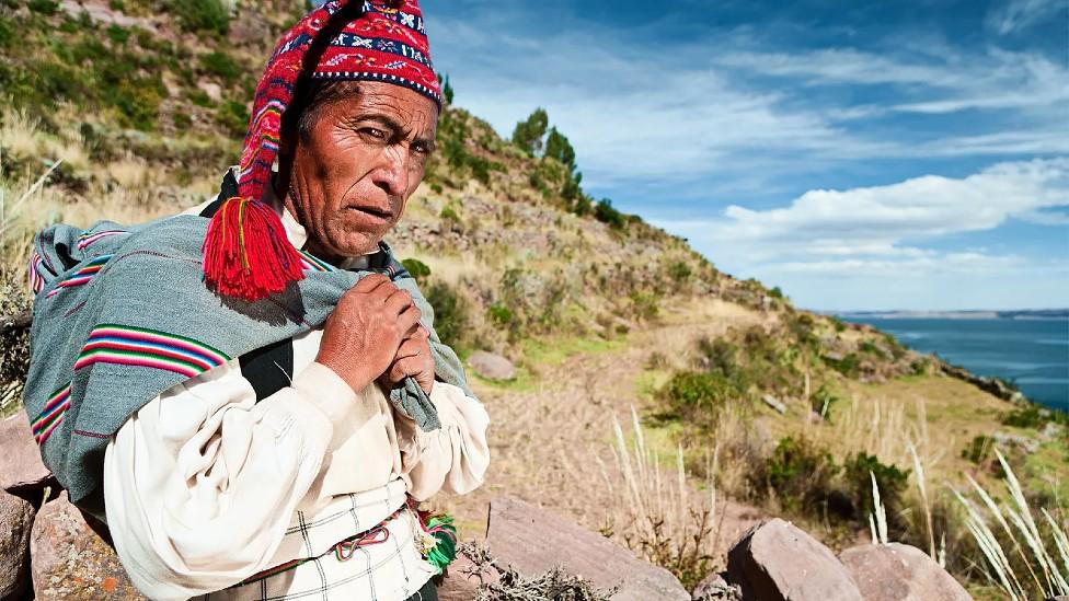 Un hombre en Taquile con un chullo o sombrero