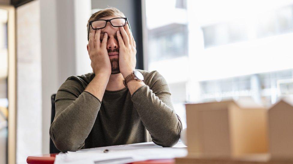 Hombre cansado en oficina