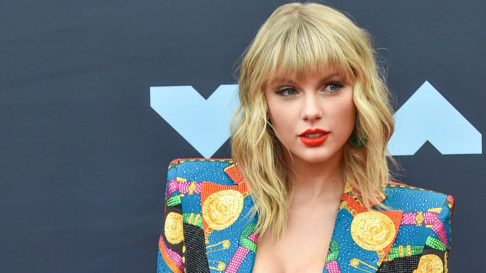BBC News - Taylor Swift is allowed to play her music at the AMAs after all