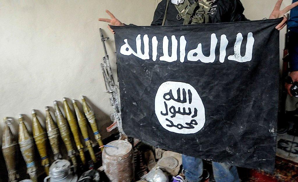 """أحد عناصر """"تنظيم الدولة"""" يرفع علم التنظيم"""