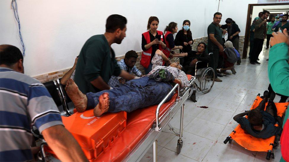 الطاقم الطبي يعالج أحد المصابين من المدنيين في تل تمر بشمال شرق سوريا، في 13 أكتوبر/تشرين الأول 2019