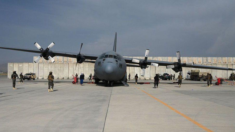 طائرة نقل من طراز إيه سي- 130 تربض في مطار حامد كرزاي الدولي