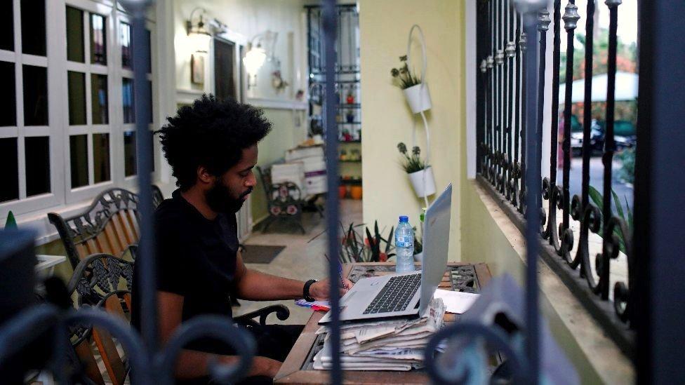 homem trabalha em casa