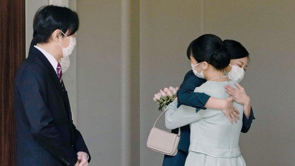 La princesa Mako (der.) abraza a su hermana, la princesa Kako, en la hacienda Akasaka, 26 de octubre, 2021