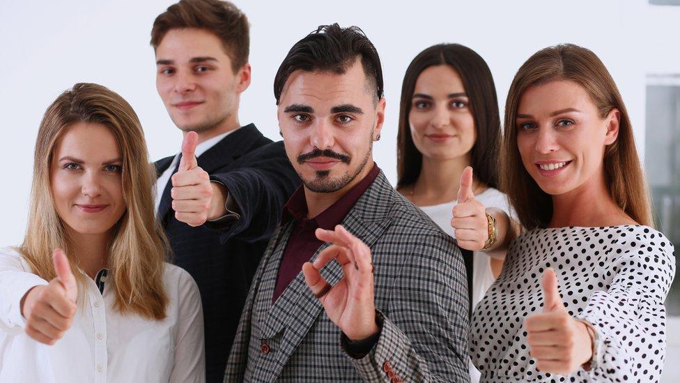 Grupo de trabajadores con su líder adelante