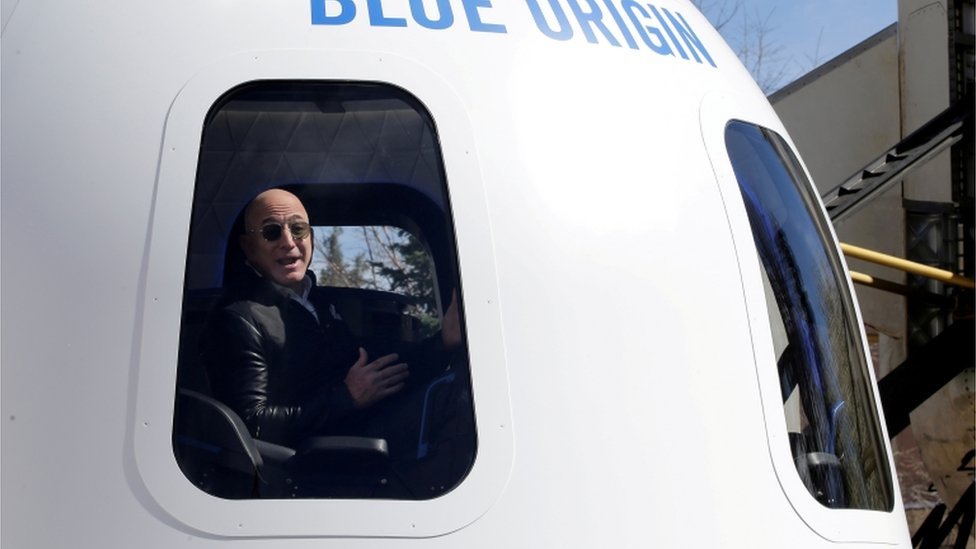 Bezos en una nave espacial construida por su compañía, Blue Origin, en 2017.