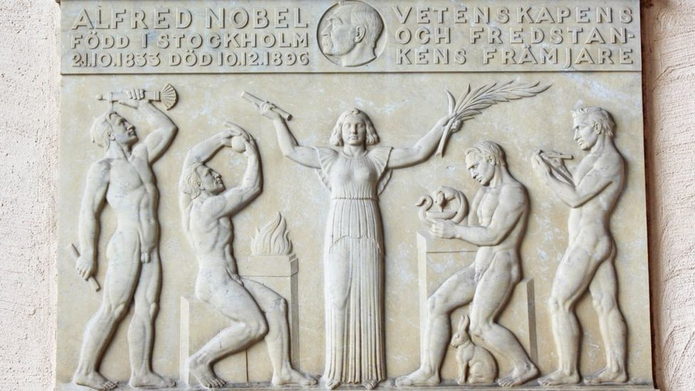 Una placa en honor a Alfred Nobel