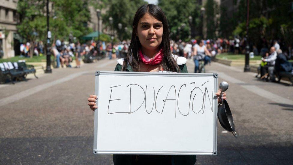 Mujer chilena pide mejor educación