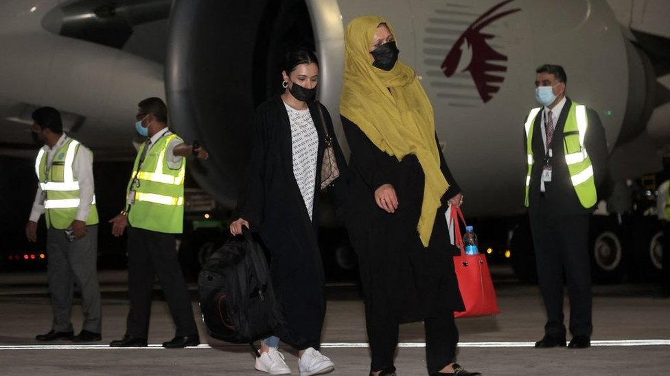 مسافرون يغادرون كابل