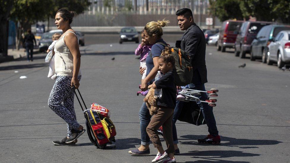 Un grupo de migrantes camina en México.