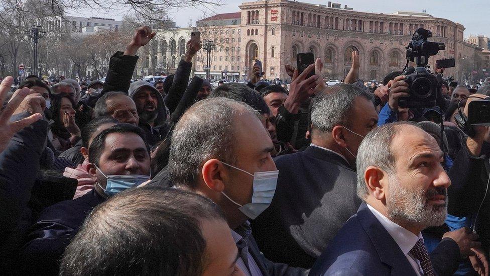 Nikol Pašinяn prišel k demonstrantam na ploщadi v Erevane