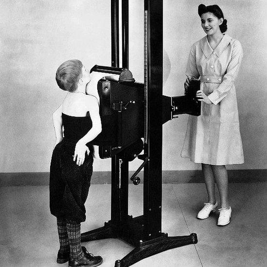 Una enfermera toma una radiografía a un niño en 1941 para verificar la presencia de tuberculosis.