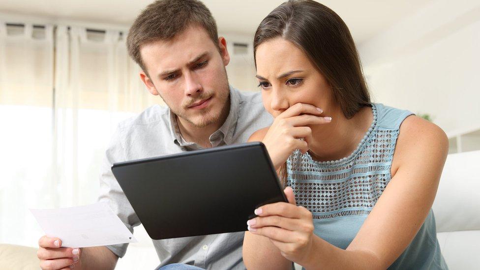 Un hombre y una mujer mirando una tablet