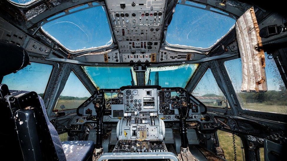 """Cabina de uno de los aviones de """"los vuelos de la muerte""""."""