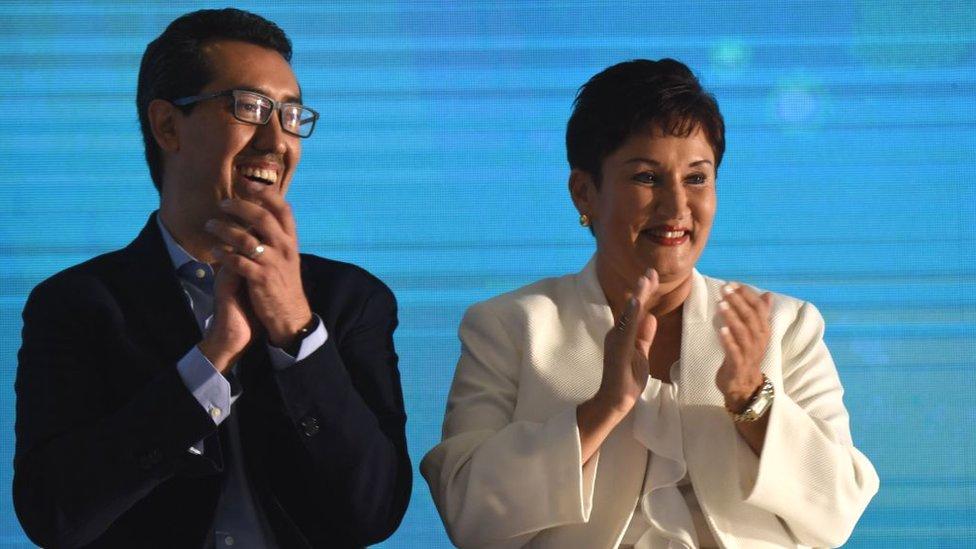 Jonathan Menkos y Thelma Aldana en la presentación oficial de su candidatura.