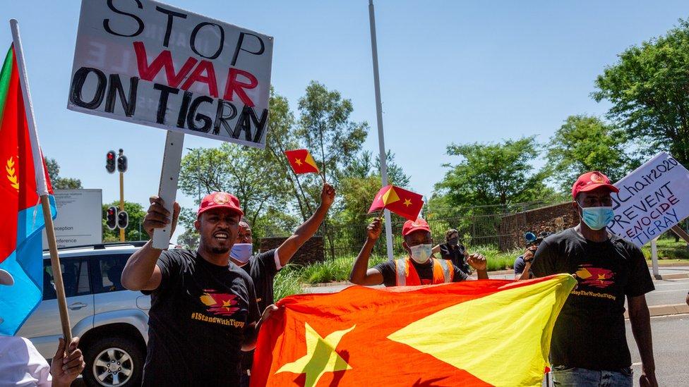 محتجون يحملون لافتات كتبت عليها أوقفوا الحرب في منطقة تيغراي