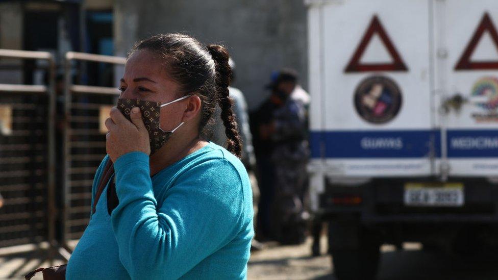 Una mujer afuera de la prisión de Guayaquil