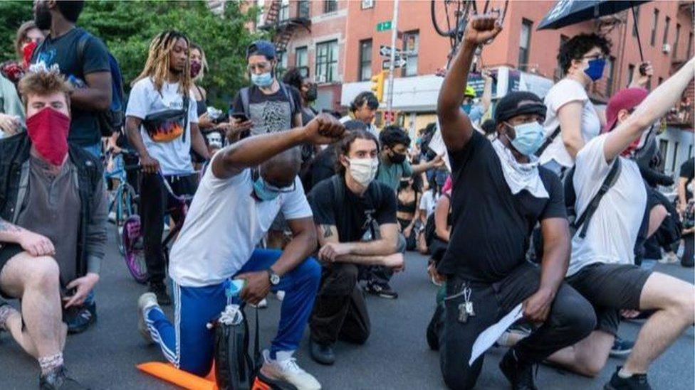 單膝跪地在反種族主義示威抗議活動中很常見(Credit: Getty Images)