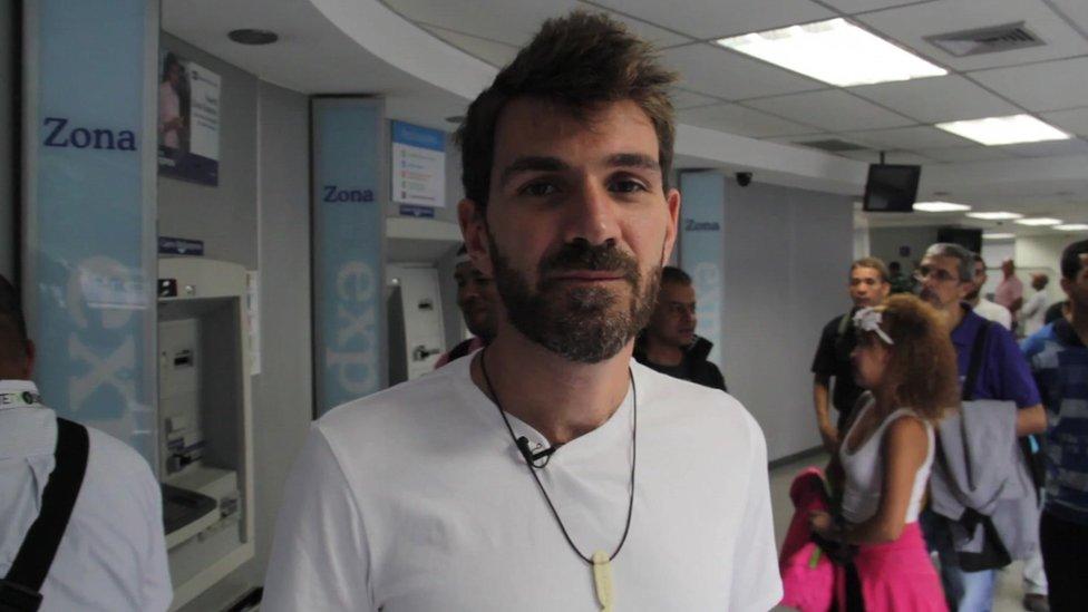 Guillermo D. Olmo en un banco de Caracas.