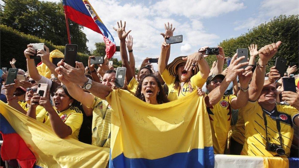 Aficionados colombianos celebran la victoria de Egan Bernal.