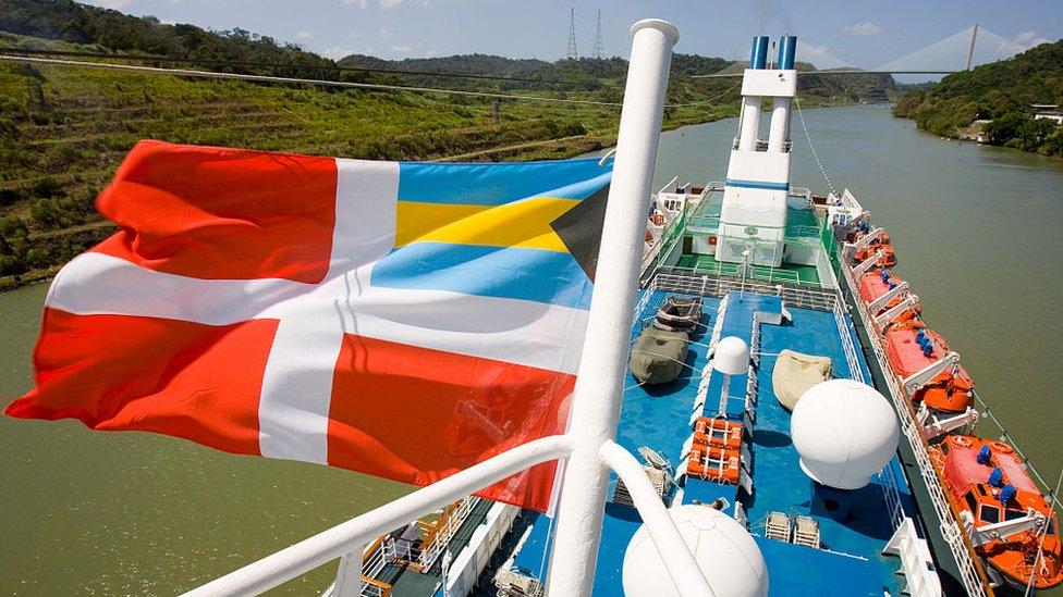 Una bandera de navegación de Bahamas en un barco