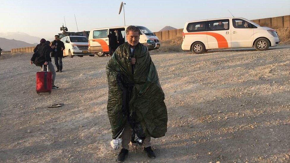 NO usar, contenido exclusivo BBC. Vasileios con una manta térmica.