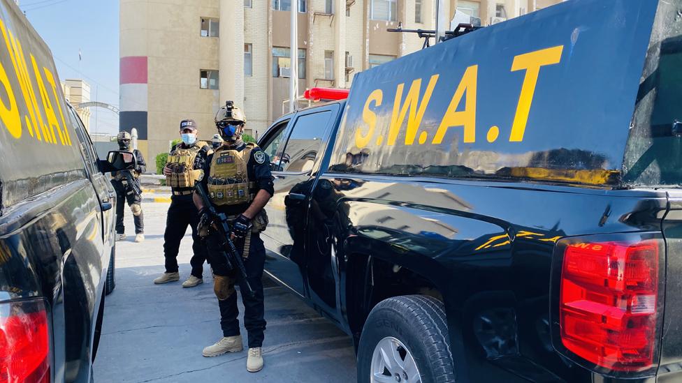 كان على فريق بي بي سي عربي التنقل تحت حماية الشرطة العراقية في البصرة نظرا لمخاطر التعرض للهجمات أو الاختطاف