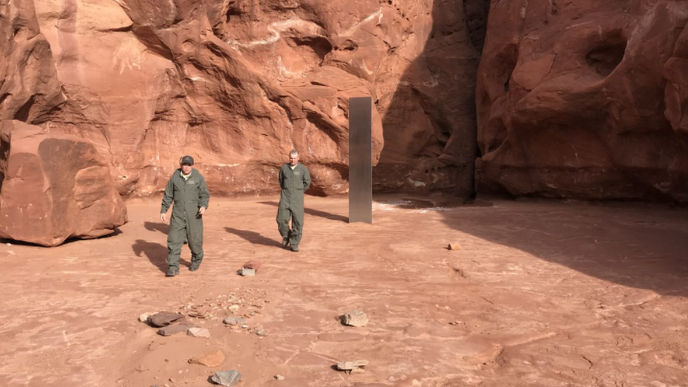 Metal monolith found by helicopter crew in Utah desert - BBC News