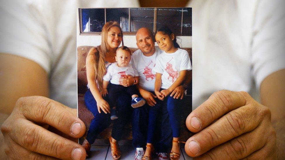La familia Meza viajó con pocas posesiones, entre ellas una foto de los cuatro.