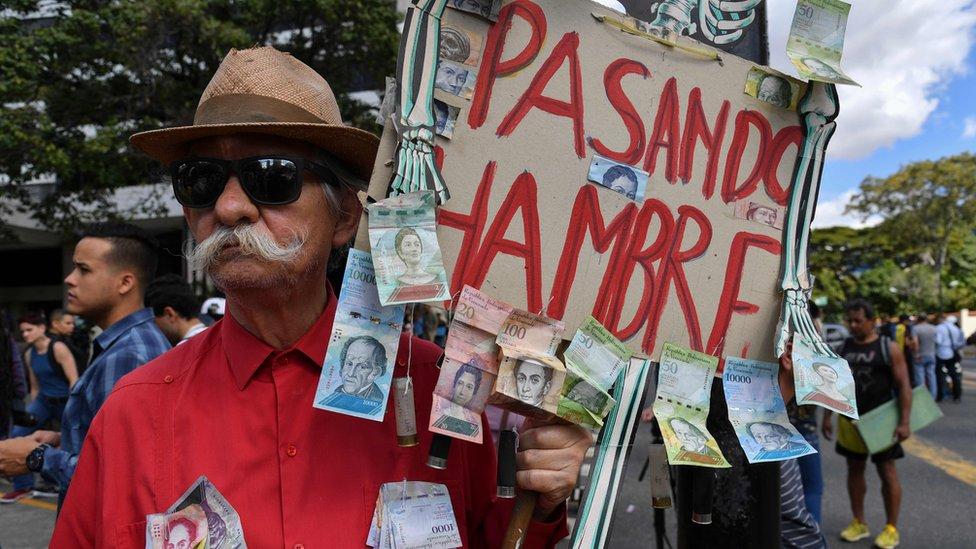 Hombre en una protesta contra Nicolás Maduro en Caracas