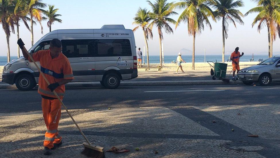 Los barrenderos Alexander Santos Pereira y Sérgio Jesus Teixeira forman parte del equipo de limpieza de Leme, en Río de Janeiro.
