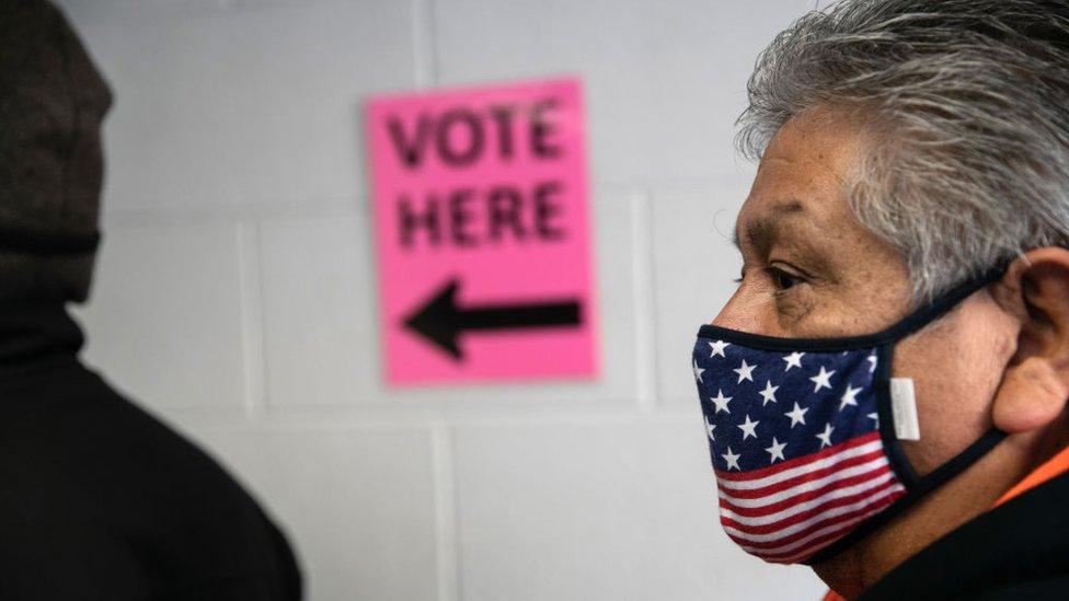 Un hombre en una fila para votar.