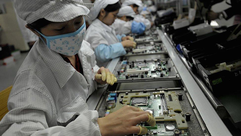 Mujer trabajando en una fábrica de chips.