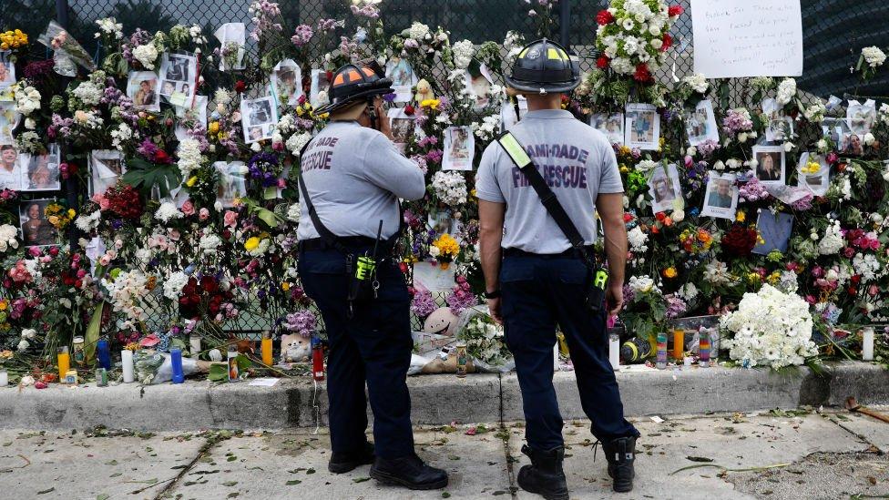 Memorial por las víctimas del derrumbe en Miami.