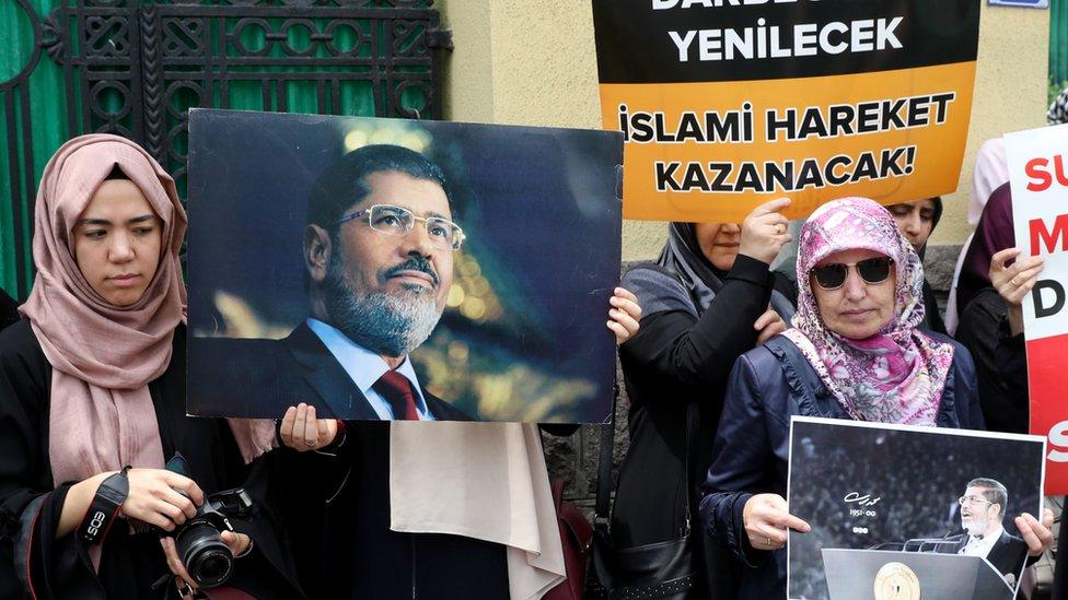 متظاهرون يحملون صور مرسي في تركيا