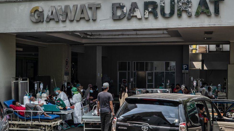 Vakaların yoğunluğu nedeniyle bazı hastaneler dışarda hasta kabulüne başlarken bazıları da hastaları geri çeviriyor