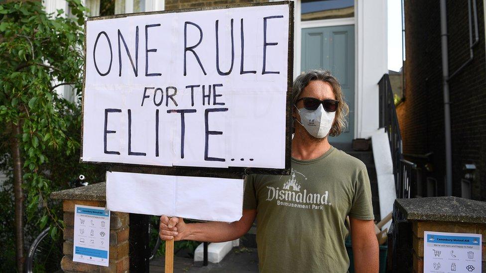 Neki su optužili vladu za dvostruke aršine London on 25 May 2020