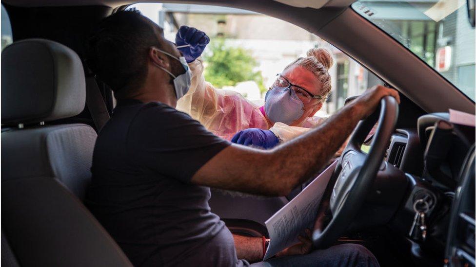 Un conductor recibe una prueba del virus, en Austin, Texas