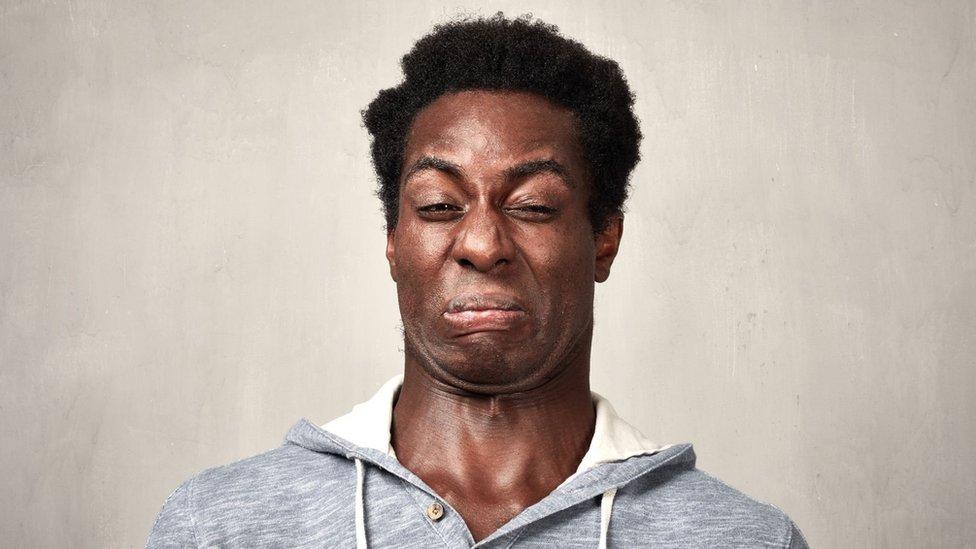 Seorang pria dengan ekspresi wajah jijik.
