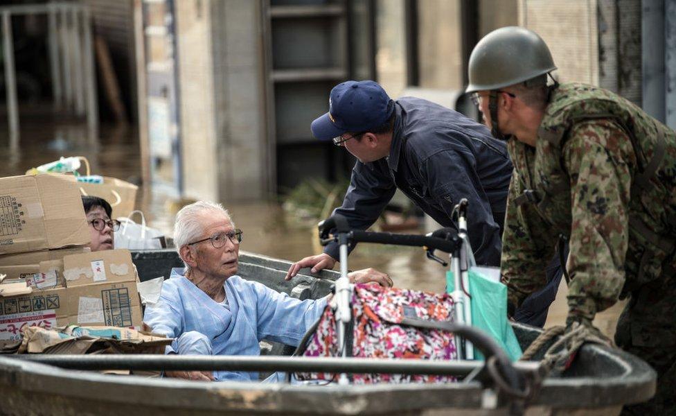 Rescate en el oeste de Japón tras la caída de lluvias torrenciales.