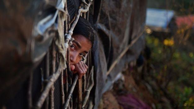 Двчина рохінджа виглядає з табору