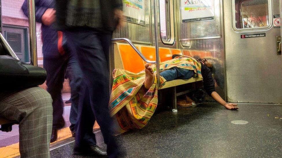 Nueva york tiene dos caras: una donde viven los ricos y otra donde viven los indigentes.