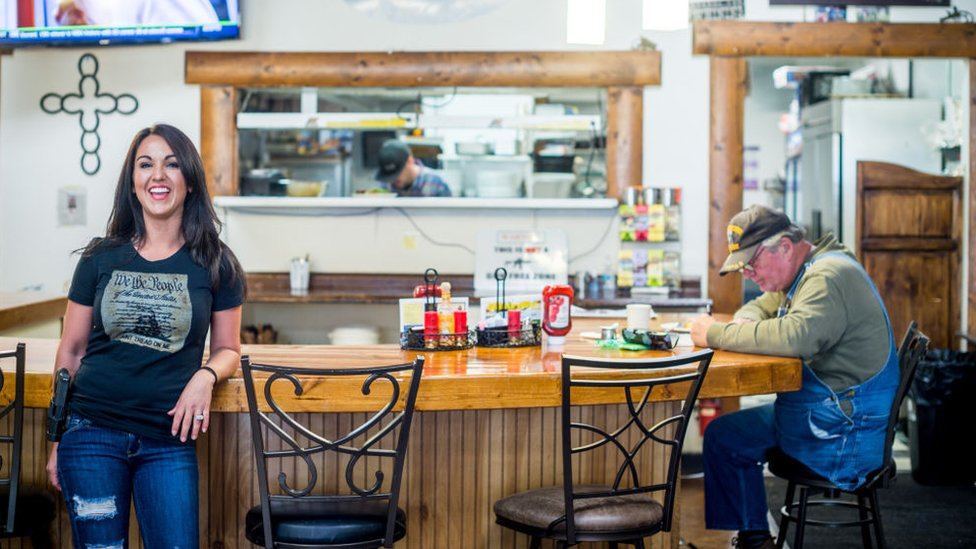 لورين بوبرت داخل مطعمها في كولورادو، في 24 أبريل/نيسان 2018