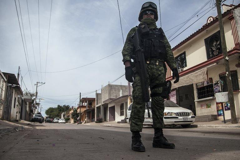 Un soldado vigila una calle en Sinaloa