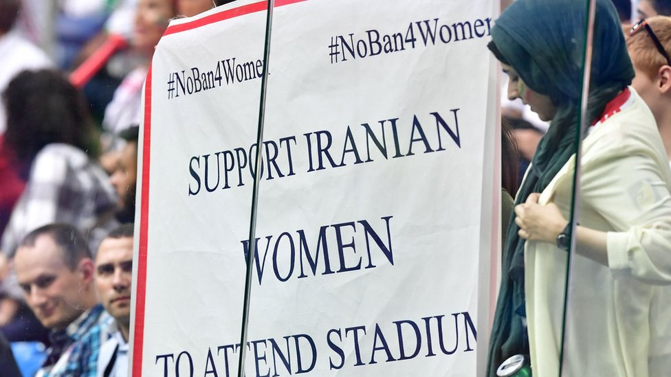 مشجعة تدعو إلى رفع الحظر على حضور النساء مباريات كرة القدم في إيران