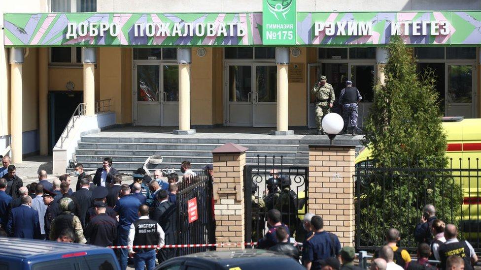 Agentes en la escuela No 175 donde ocurrió el ataque.