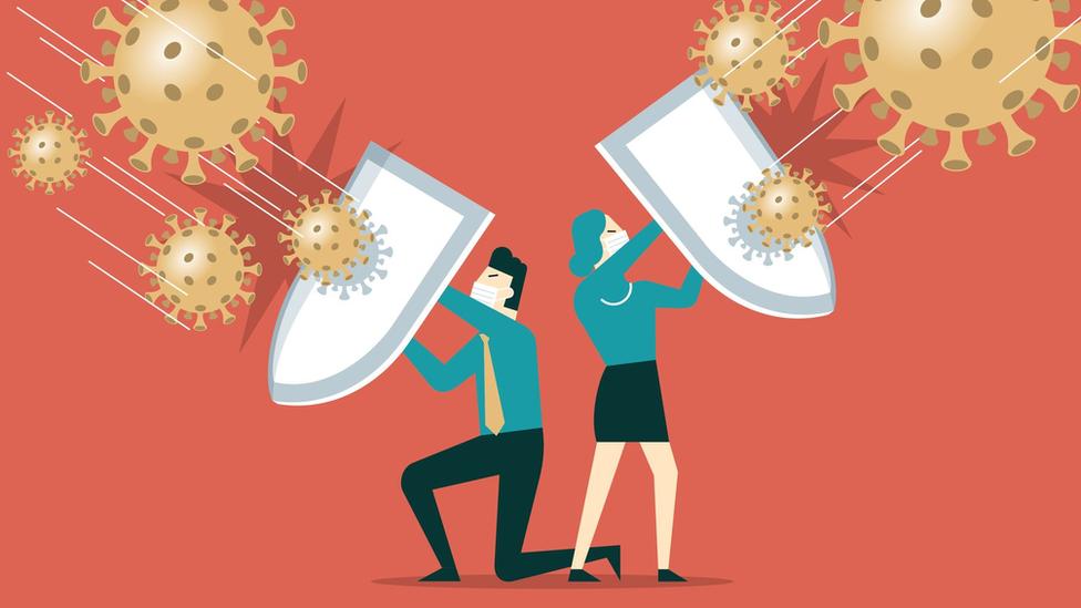 Ilustração mostra homem e mulher com escudos, tentando se proteger de ícones representando coronavírus