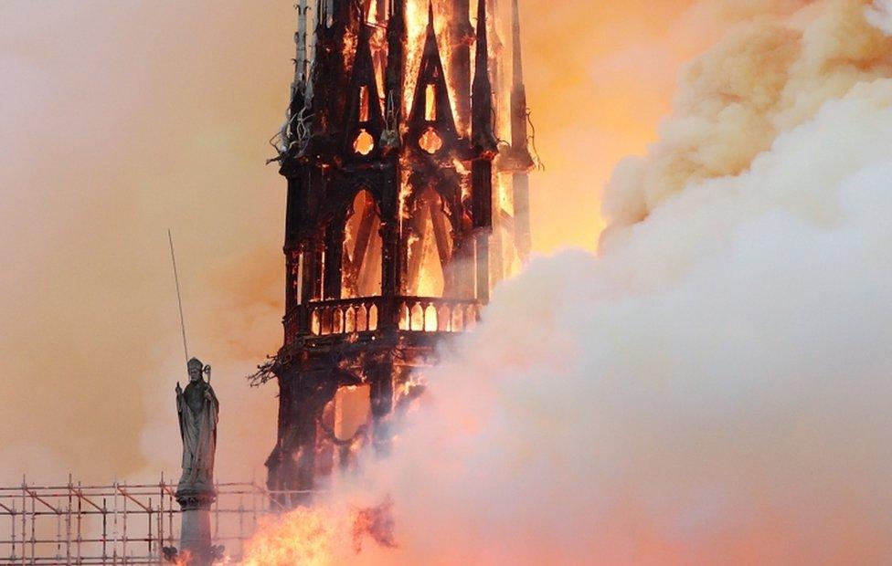 التهمت النيران برج الكاتدرائية الشهير