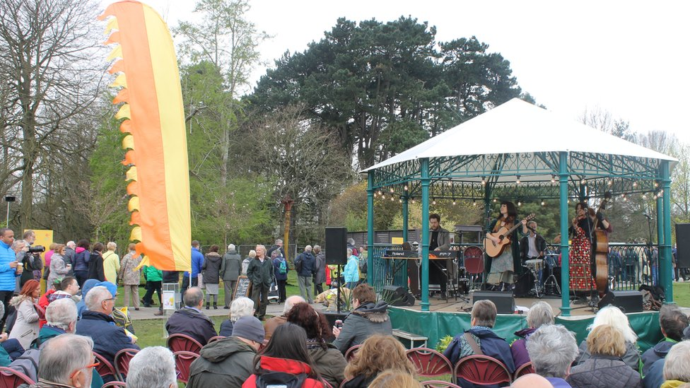 Y band Miss Maud's Folly yn diddanu y gynulleidfa // The jazz gypsy band Miss Maud's Folly entertaining the crowd at Cooper's Field