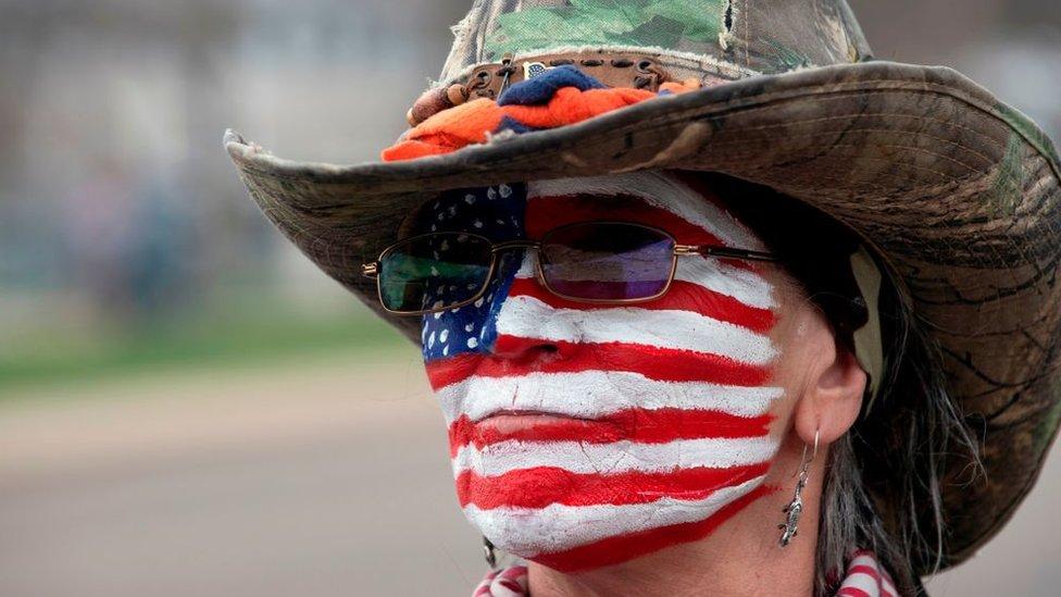 Mujer con la bandera de EE UU pintada en la cara, Denver, Colorado, abril 2020.